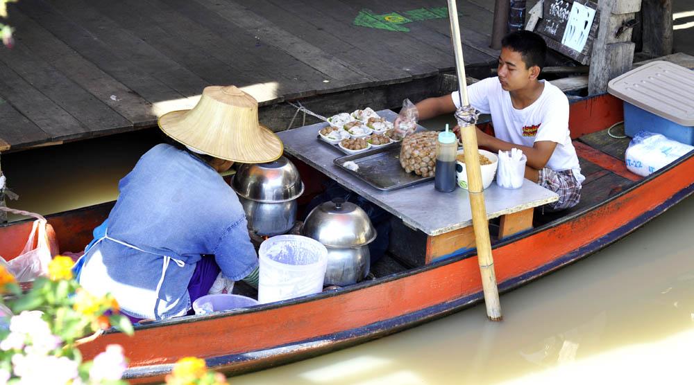 FloatMarket тайка торгует с лодки