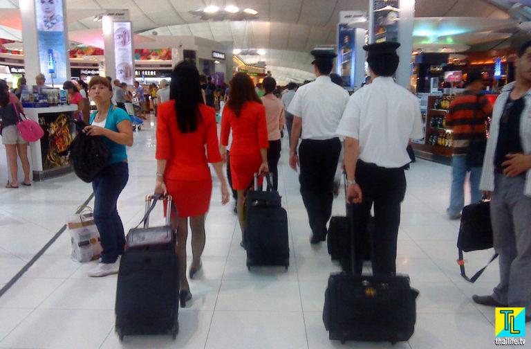Экипаж ЭирАзия с багажом в Суварнабхуми