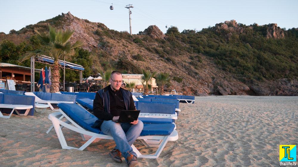 Дима занимается удаленной работой на пляже