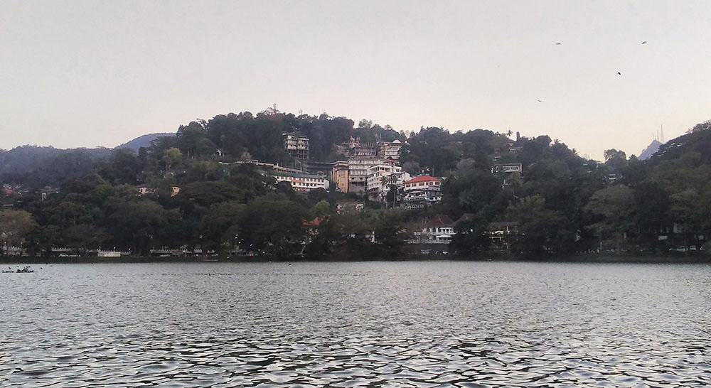 Озеро рядом с храмом