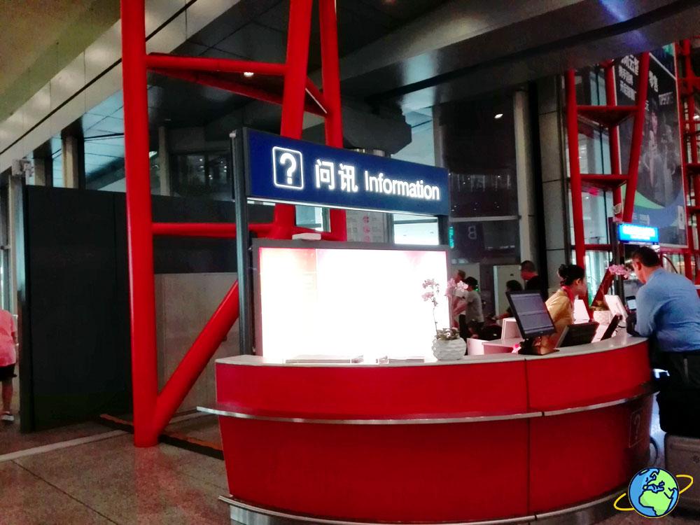 Стойка информации в аэропорте Пекина