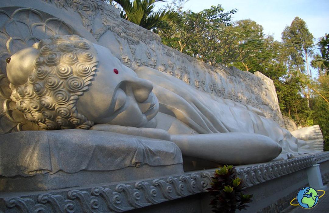 лежачий Будда у пагоды Лонг Шон