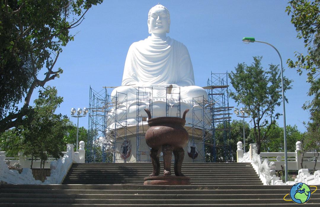 статуя Будды рядом с пагодой Лонг Шон