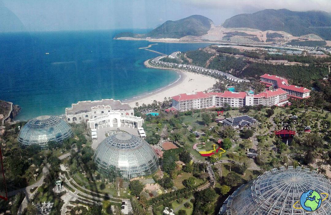 вид на пляж и отель на отрове Винперл с высоты